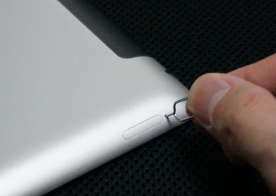 SIM取り出しツールを差し込む 写真元: ipodwave.com